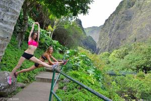 http://img41.imagevenue.com/loc157/th_558266333_Mary_and_Aubrey_Hawaii_II_Hiking_Lao_Valley_13_123_157lo.jpg