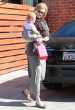 Николь Кидман, фото 2009. Nicole Kidman and her daughters leaving a birthday party in Hollywood 2-5-12, foto 2009
