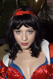 Michelle Trachtenberg If you get the whole Halloween set, you get to see SuperTongue. This girl really needs to come out with a lesbian sex vid. How does she even talk with that thing in her mouth? See 2nd to last pic... Foto 182 (Мишель Трахтенберг Если вы получаете весь набор Хэллоуин, вы можете видеть SuperTongue.  Фото 182)